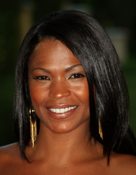 Here Nia Long focuses more on bronzer and less on eye makeup to achieve her natural sun-kissed look.